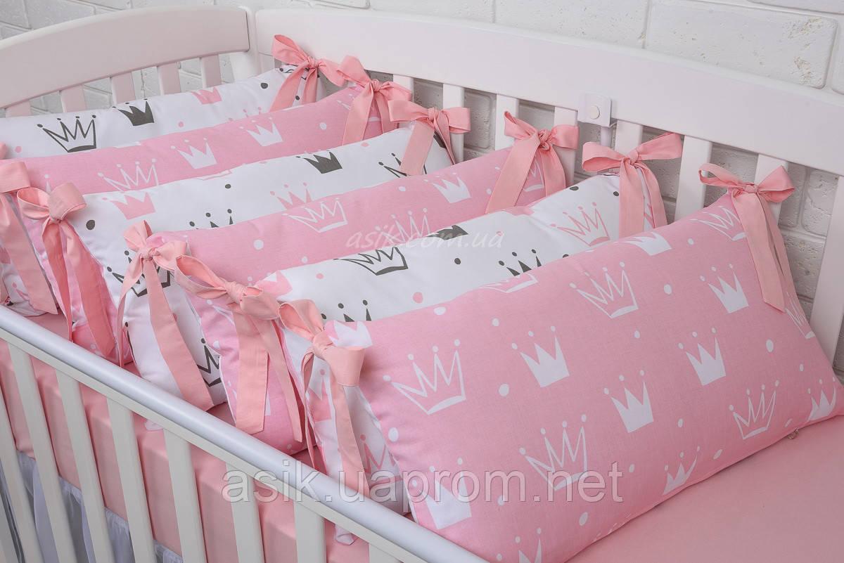 """Дитяче ліжко з шістьма бортиками-подушками 33*60 см і простирадлом """"Пудрові корони"""""""