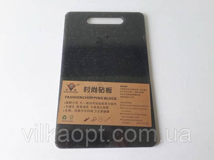 Доска пластмассовая серая крошка 21 х 34 х 0,7 см.