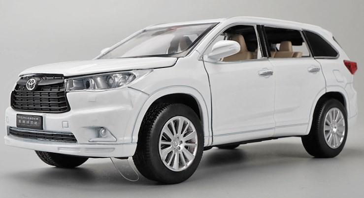 Коллекционная машинка Toyota Highlander белая металлическая модель в масштабе 1:32