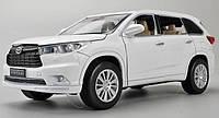 Коллекционная машинка Toyota Highlander белая металлическая модель в масштабе 1:32, фото 1