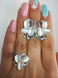 Красивый комплект серебряных украшений с белым кошачьим глазом