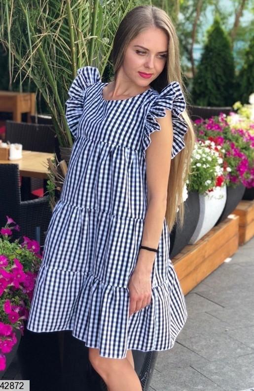 Красивое платье мини с рюшами широкое без рукав черное в клетку