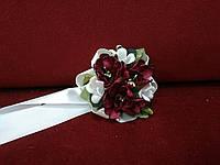 Бутоньерка на руку айвори с бордовым (цветочный браслет)