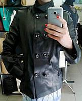 Черная удлиненная женская кожаная куртка на пуговицах
