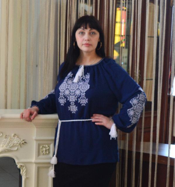 Женская блузка с вышивкой Марися с длинным рукавом темно синего цвета