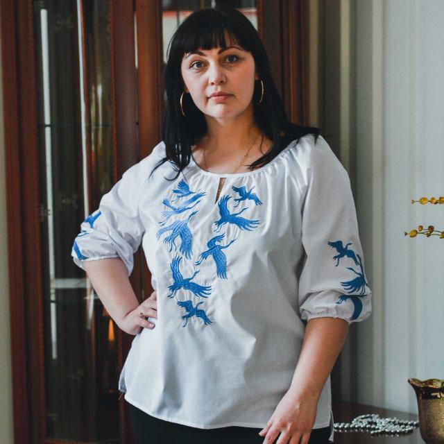 Женская вышиванка белого цвета Лебеди