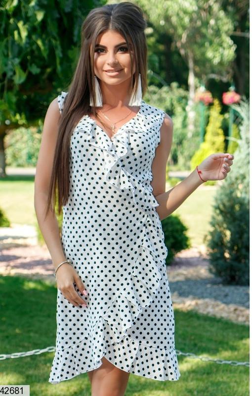 Красивое платье короткое на запах с рюшами без рукав в горох белое