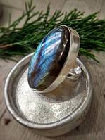 Кольцо из лабрадорита в виде овала оправлено в серебро