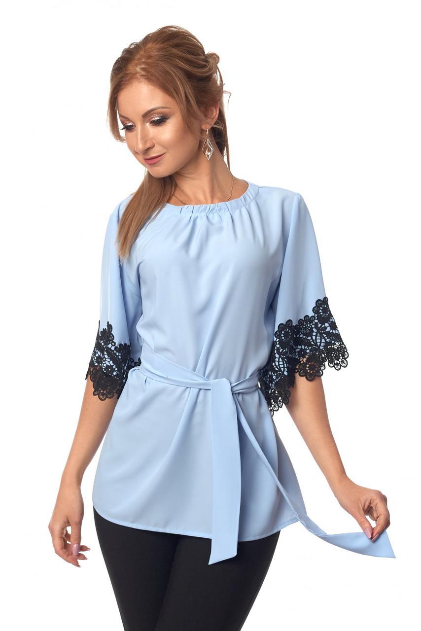 Нарядная женская блуза с кружевом и под пояс голубого цвета