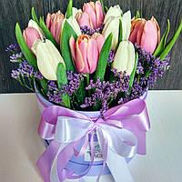 Шляпная коробка с тюльпанами и лимониумом и лавандой, фото 1