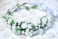 Белый асимметричный венок с цветами и зеленью