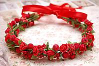 Венок из красных цветов