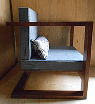 """Кресло деревянное """"Bat"""" с мягкими серыми подушками"""