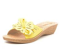 Женские стильные яркие желтые шлепанцы на танкетке, кожзам 40 Inblu