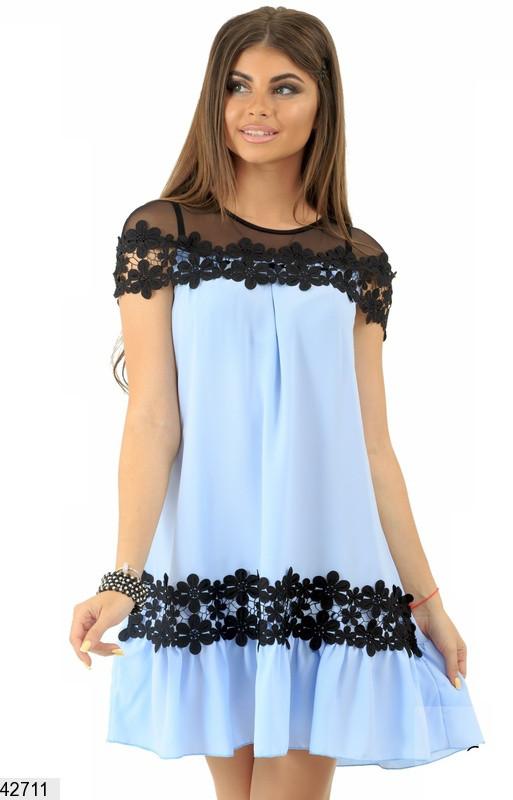 Красивое платье на лето свободное короткое с кружевами шелк голубое