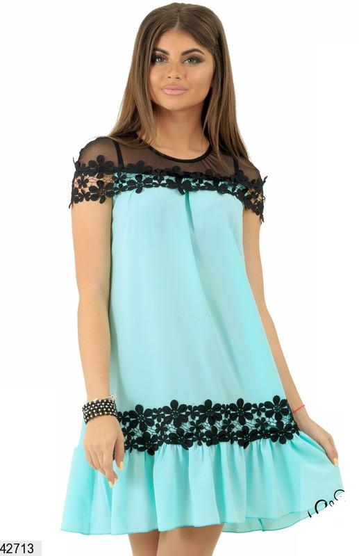 Модное платье выше колен широкое с коротким рукавом прозрачная вставка с рюшами мятное