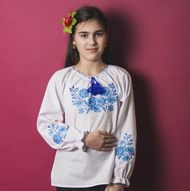 Вышитая блузка для девочки Зоряна с камушками (голубая вышивка) 116-140 см.