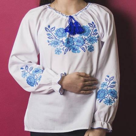 Вышитая блузка для девочки Зоряна с камушками (голубая вышивка) 116-140 см., фото 2