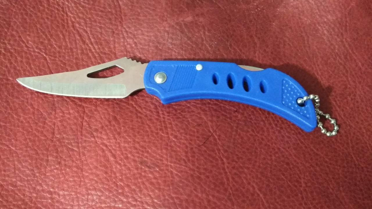 Нож складной с фиксатором и подвесом.