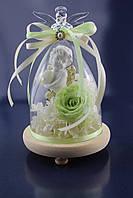 Композиция из стабилизированных цветов со светло- зеленой розой и ангелочком