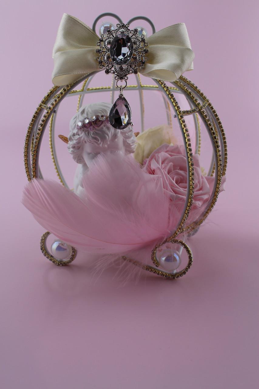 Композиция из стабилизированных цветов с розами и ангелочком в металической клетке карете