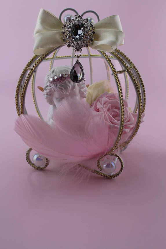 Композиция из стабилизированных цветов с розами и ангелочком в металической клетке карете , фото 2