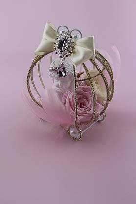 Композиция из стабилизированных цветов с розами и ангелочком в металической клетке карете , фото 3