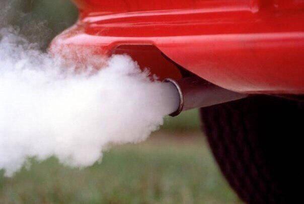 Колір диму вихлопної труби автомобіля.