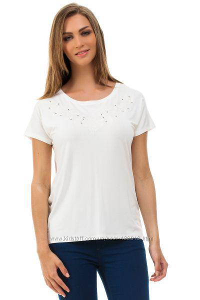 Белая женская футболка De Facto / Де Факто с орнаментом вокруг горловины