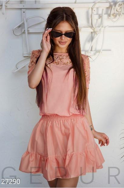 Модное платье выше колен с пышной юбкой на резинке короткий рукав гипюр коттон розовое
