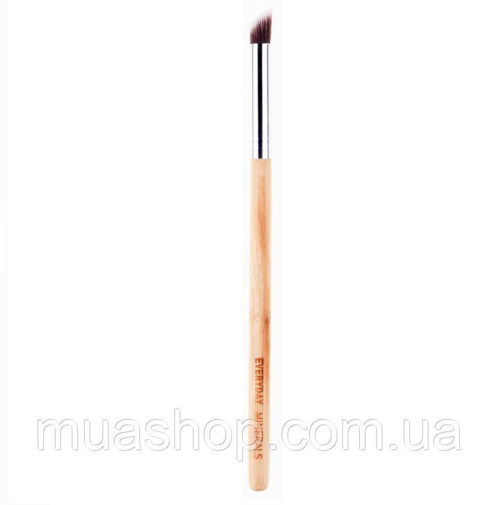 Угловая кисть для нанесения теней EVERYDAY MINERALS Angled Shading Eye Brush