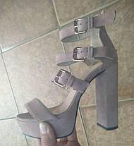 Копия Босоножки замшевые бежевого цвета на устойчивом каблуке носок открыт пятка закрыта 3 застежки Код 1720, фото 3