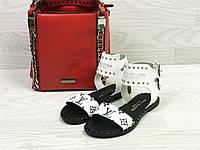 Повседневные летние женские босоножки  Louis Vuitton на низкой подошве (белые), ТОП-реплика, фото 1