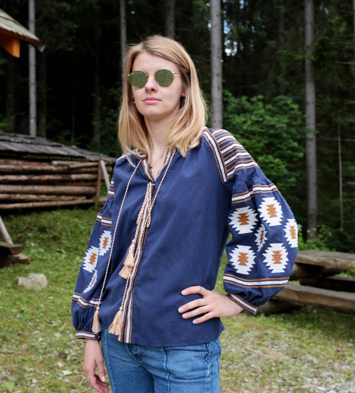 Жіноча вишиванка з машинною вишивкою синього кольору