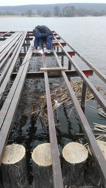 Первые сваренные проф трубы длиной 13 метров начали устанавливать.