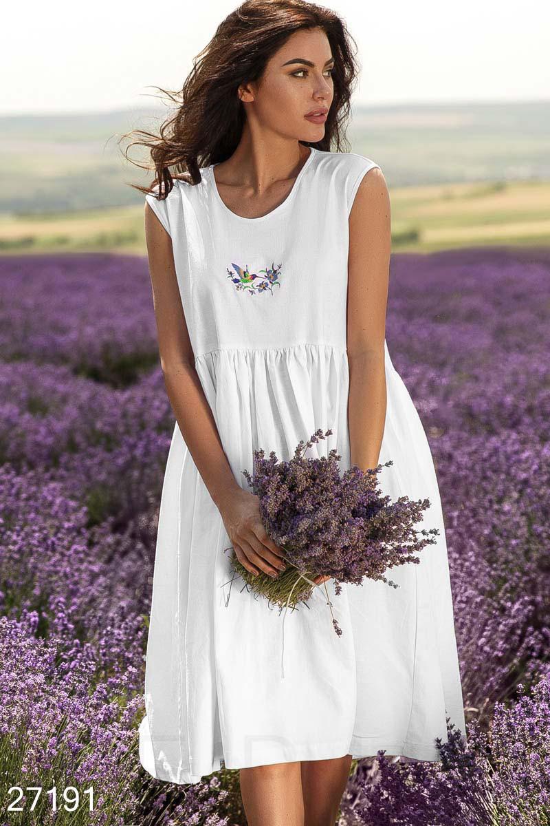 Красивое летнее платье средней длины без рукав свободное белое