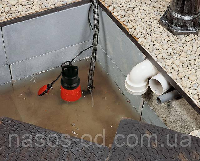 Установить дренажный насос с поплавком в яму