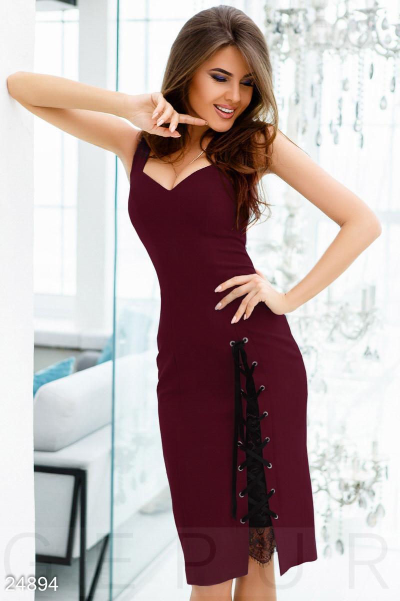 Элегантное платье на лето облегающее с глубоким декольте со шнуровкой креп костюмка цвет марсала