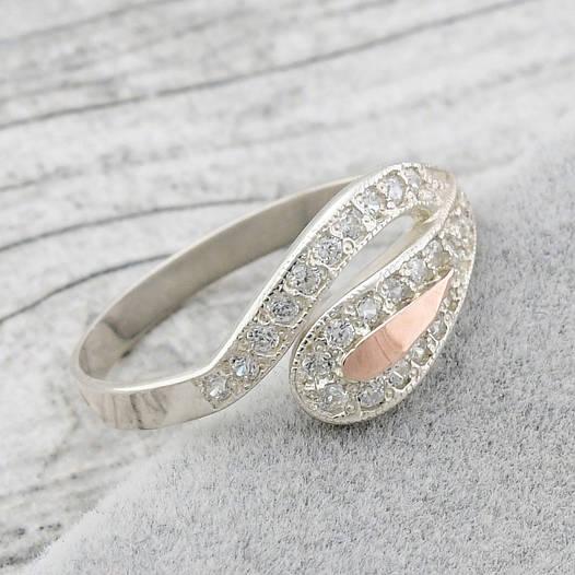 """Серебряное кольцо """"Мальва"""", вставка белыефианиты, вес 2.2 г, размер 16"""