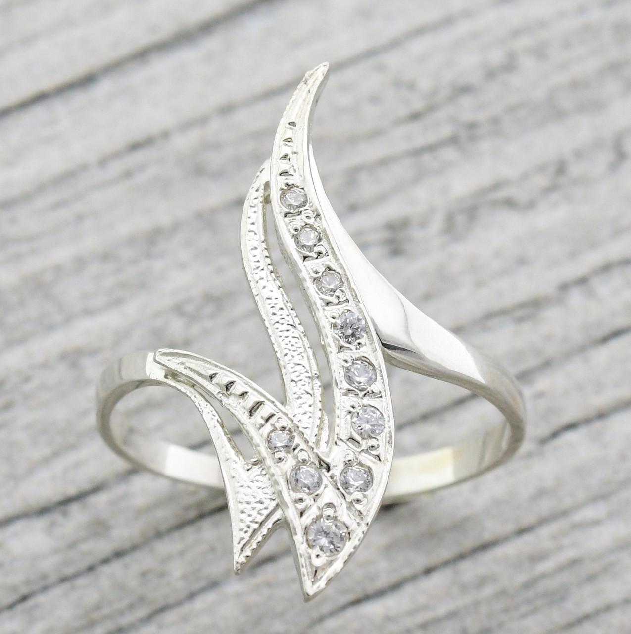 """Серебряное кольцо """"Пламя"""", вставка белые фианиты, вес 2.4 г, размер 17"""