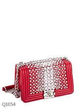 """Маленькая женская сумка """"шанель"""" с декором из бусин и ручкой-цепочкой через плечо красная"""