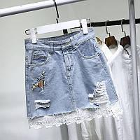 Джинсовая женская юбка трапеция с цветочной вышивкой и гипюром голубая, фото 1