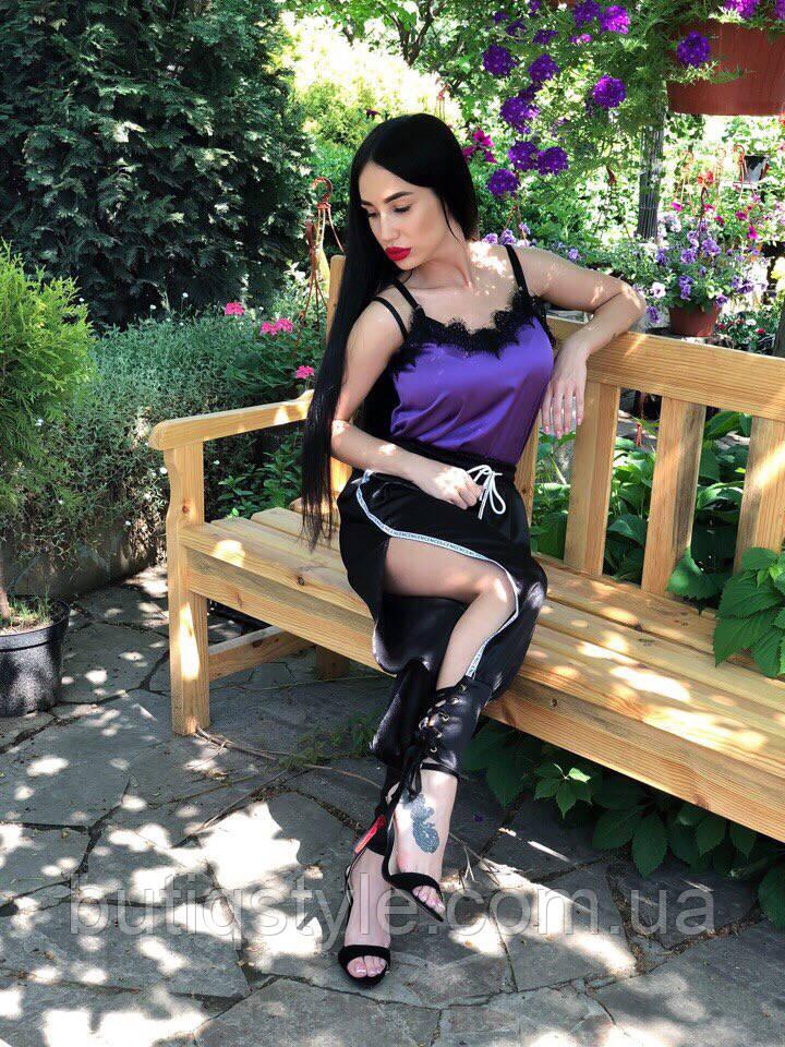 Модные женские брюки креп-атлас с лампасами и переплетом черные, красные