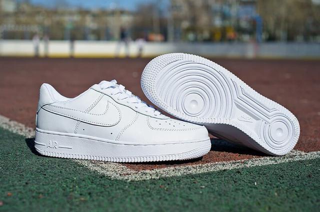 d02fb6ff90e7 Женские кроссовки Nike Air Force 1 Low ― это классика среди спортивной обуви.  Белый цвет ― даже если ты не относишься к любителям  скейта, бмх, или  роликов, ...
