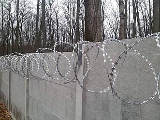 Установка егозы (колючей проволоки) на бетонный забор под ключ