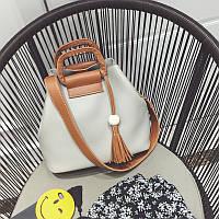 Женская сумка серая с кисточкой и коричневым ремешком из экокожи, фото 1