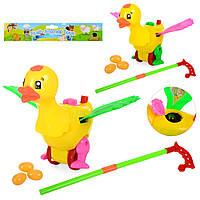 Каталка 986-23  утка, на палке, несет яйца, подвиж.детали, 2цвета, в кульке,26-28-10см