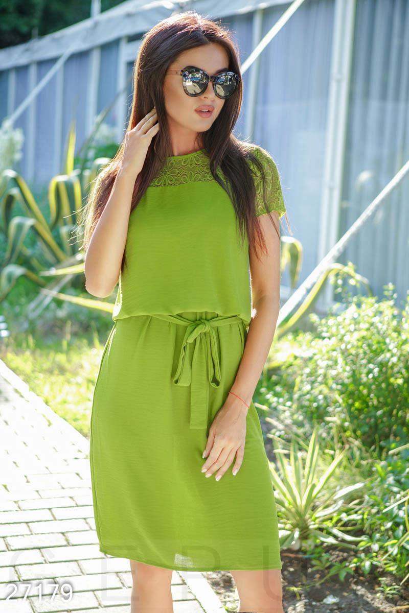 Летнее платье миди полуприталенное под пояс с коротким рукавом оливковое
