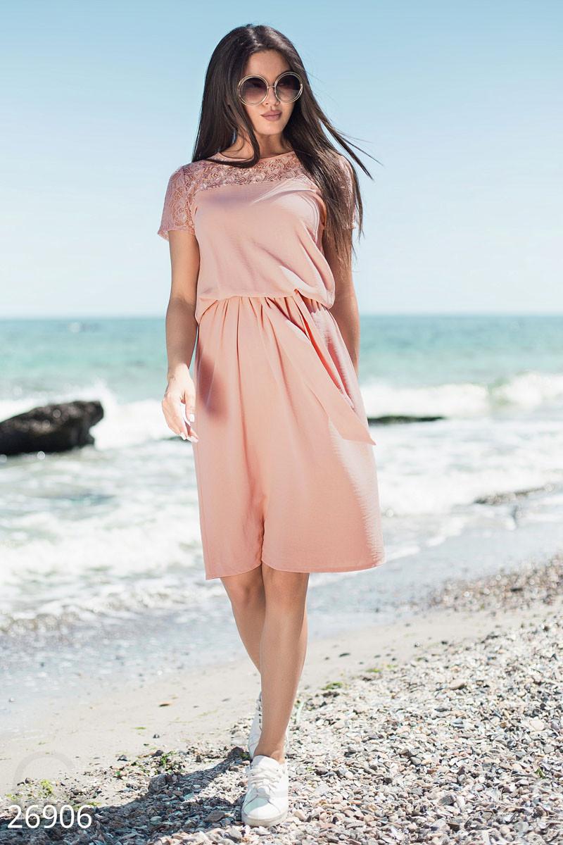 Модное платье на лето полуоблегающее короткий рукав гипюровая вставка пудрово розовое