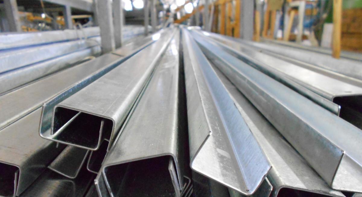 Различное использование стального канала